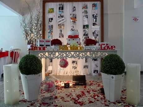 61- Pétalas de rosas no chão completam a decoração de noivado romântico. Fonte: Construindo decor
