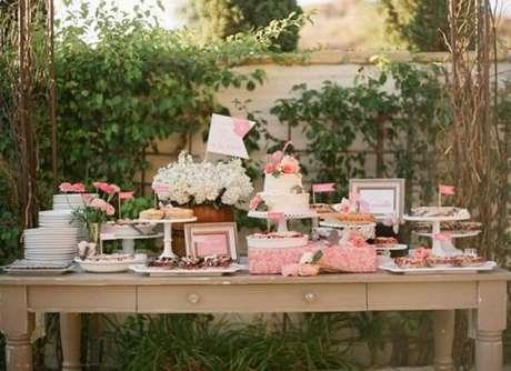 62- A mesa rústica com gavetas e doces é a decoração de noivado principal. Fonte: Pinterest