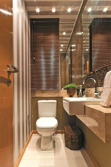 9. Invista no modelo semi encaixe de pia pequena para banheiro, pois ela ajuda na circulação pelo ambiente – Foto: Dicas Decor