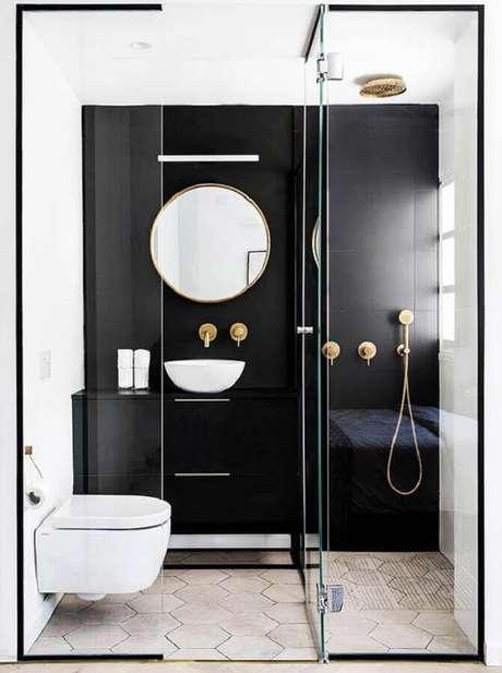 15. Decoração moderna com p ia para banheiro pequeno preto e branco com detalhes em dourado – Foto: Apartment Therapy