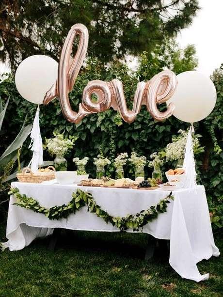 4- Utilize balões metálicos na decoração de noivado. Fonte: eNoivado