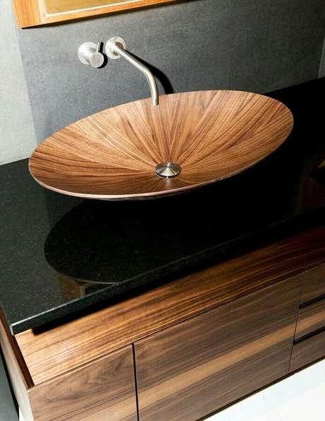 17. Modelo de pia de madeira para banheiro pequeno e moderno – Foto: ArchExpo