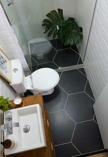 18. Modelos de pia para banheiro pequeno com bancada de madeira – Foto: Niche Interiors
