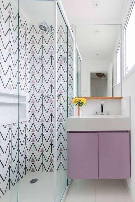 13. Invista em uma pia para banheiro pequeno que tenha gabinete, aproveitando melhor o espaço – Foto: Apartment Therapy