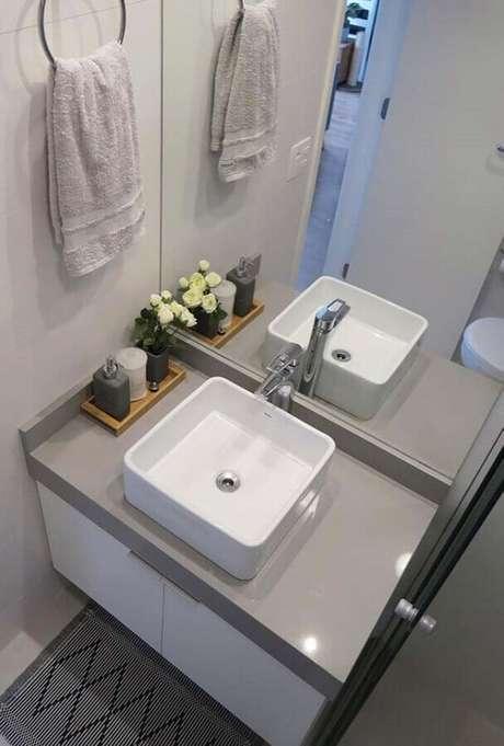 20. Modelo de pia pequena para banheiro decorado em tons neutros – Foto: Pinterest