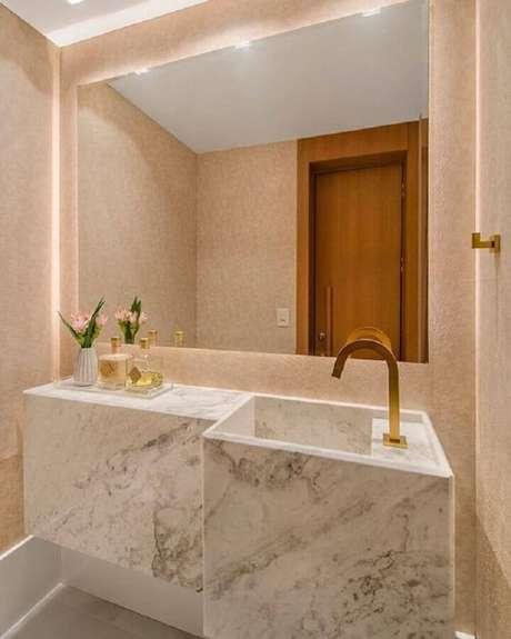 4. Decoração delicada e sofisticada com pia de mármore para banheiro pequeno com torneira dourada – Foto: Pinterest
