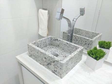 26. Modelo de pia de mármore para banheiro pequeno – Foto: Dicas Decor