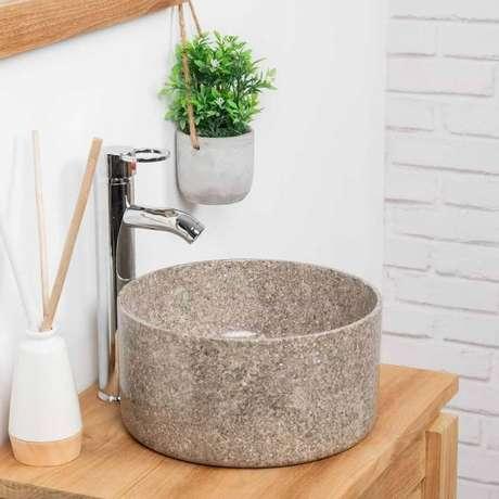 27. Decoração com pia de pedra para banheiro pequeno com bancada de madeira – Foto: Wanda Collection