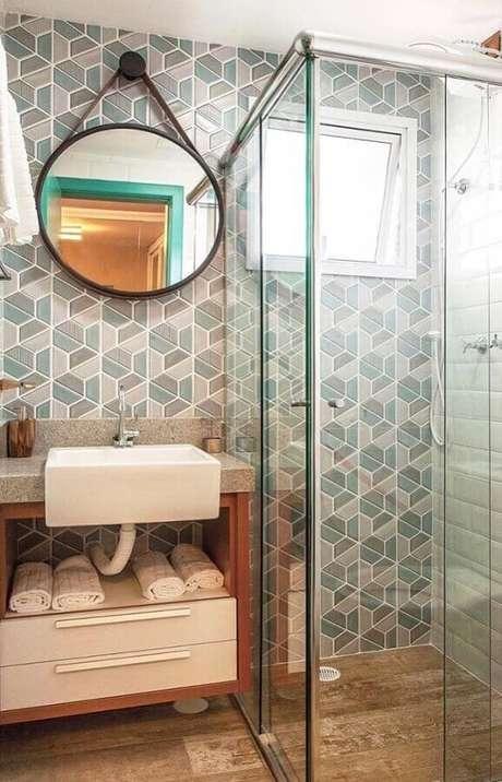 28. Pia de semi encaixe para decoração de banheiro pequeno com espelho redondo – Foto: Apartment Therapy