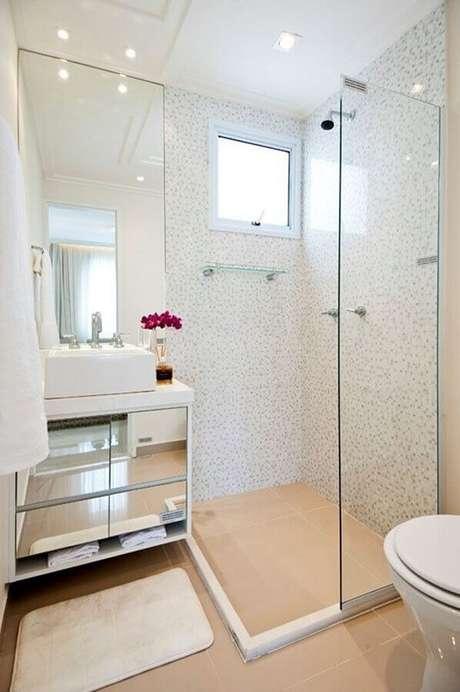 33. Decoração clean com pia para banheiro pequeno com armário espelhado – Foto: Ideas Perfectas
