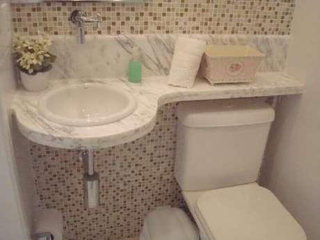35. Pia pequena para banheiro com bancada de mármore – Foto: Pinterest