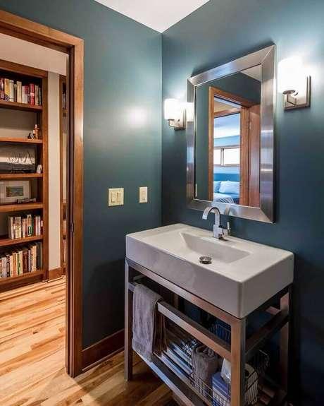 37. Pia para banheiro pequeno com parede pintada de azul escuro – Foto: Sicora
