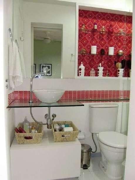38. Pia pequena para banheiro decorado com bancada de vidro e pastilhas vermelhas – Foto: Webcomunica