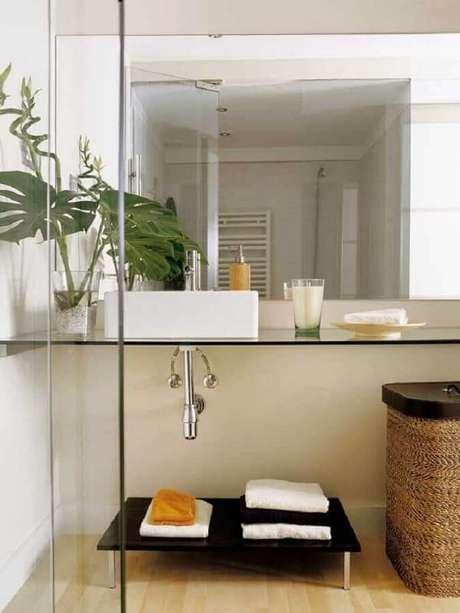 39. Decoração moderna com pia para banheiro pequeno com bancada de vidro – Foto: Webcomunica