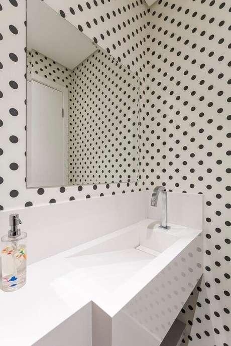 41. Pia para banheiro pequeno decorado com papel de parede de bolinhas pretas – Foto: Idealizzare Arquitetos