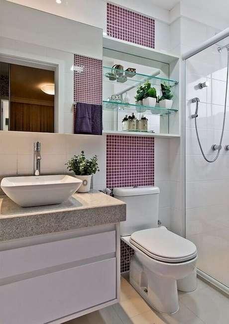 43. Pia para banheiro pequeno decorado com pastilhas roxas – Foto: CoachDecor