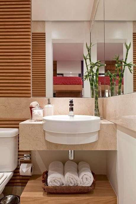 44. Pia para banheiro pequeno decorado em tons neutros com detalhes em madeira – Foto: Webcomunica