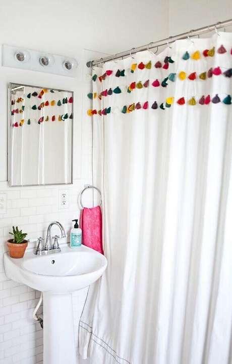 45. Decoração simples com pia pequena para banheiro – Foto: A Beautiful Mess