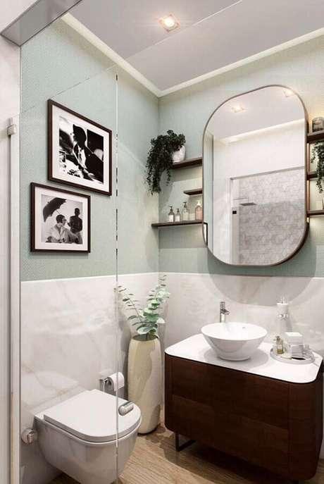 46. Pia para banheiro pequeno decorado com gabinete de madeira – Foto: Apartment Therapy