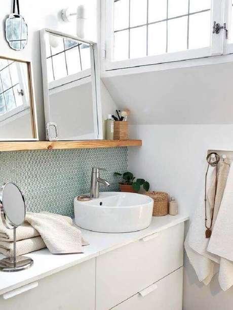 52. Pia para banheiro pequeno planejado com prateleira de madeira – Foto: Mi Casa Revista