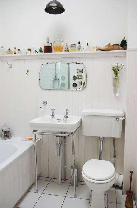 53. Decoração simples com pia para banheiro pequeno – Foto: Apartment Therapy