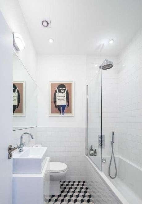 54. Pia para banheiro pequeno todo branco com banheira e divisória de vidro – Foto: Houzz