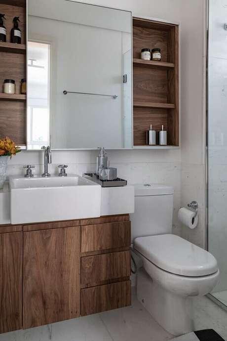 57. Pia pequena para banheiro planejado com móveis de madeira – Foto: Só Decor