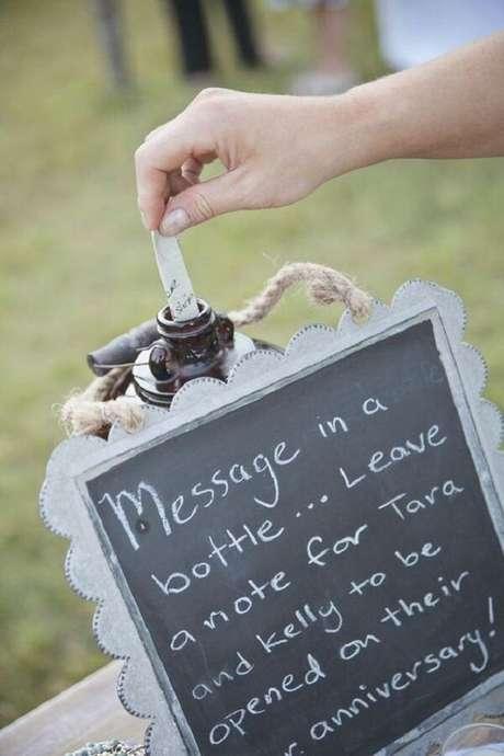 82- Inove na decoração de noivado incluindo um porta mensagem dos convidados. Fonte: Pinterest