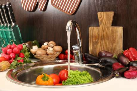 Usar o espaço interno da pia é ótimo para cozinhas pequenas