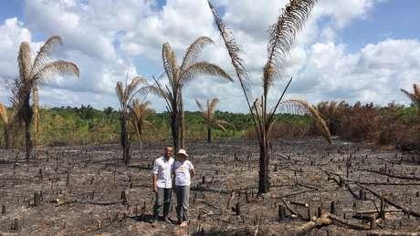 Pesquisadores Fernando e Socorro em área próxima à floresta secundária que havia sido desmatada e queimada para liberar área para plantio