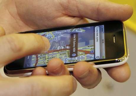 Homem confere informações de mapa em um iPhone. 10/7/2008. REUTERS/Daniel Munoz (AUSTRALIA)