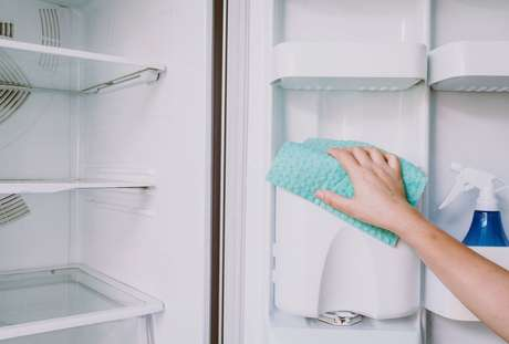 Como desinfetar a geladeira: veja as dicas e 3 receitas caseiras