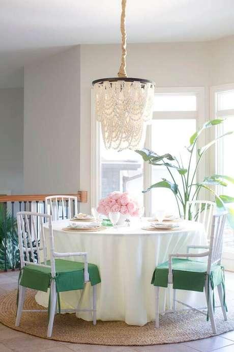 11. Decoração clássica com tapete redondo de barbante para sala de jantar – Foto: Jana Bek Design