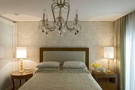 11. Decoração clássica com lustre de cristal e papel de parede para modelos de quarto de casal em tons neutros – Foto: Brunete Fraccaroli