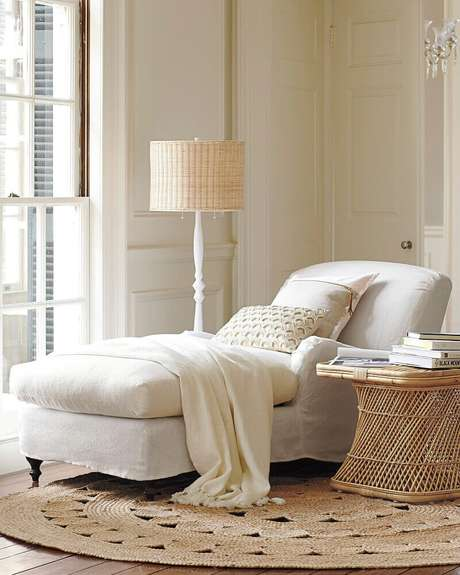 14. Decoração clean e clássica com divã branco e tapete redondo de barbante – Foto: Serena & Lily