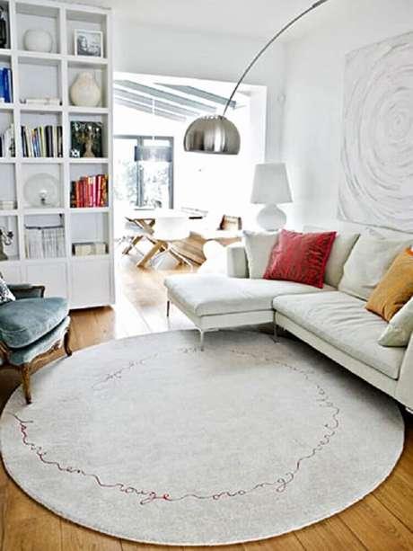 12. O tapete redondo pode ser usado tanto na decoração de ambientes grandes quanto de ambientes mais compactos – Foto: Odyssey World