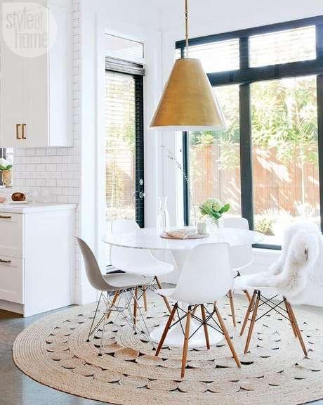 7. Decoração clean para sala de jantar com tapete redondo de barbante e mesa redonda branca – Foto: SVM House