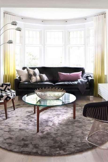 18. Não é sempre necessário que o tapete redondo fique embaixo de todos os móveis – Foto: Norah Bennett