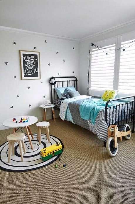 23. O tapete redondo para quarto infantil muitas vezes é usado para delimitar uma área onde as crianças vão brincar – Foto: Pinterest