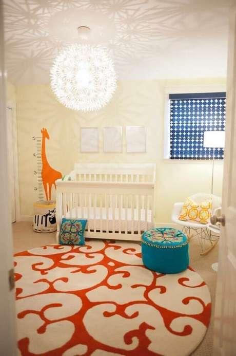 25. Aqui o tapete redondo para quarto infantil trouxe um toque a mais de cor para a decoração clean – Foto: Home Awakening
