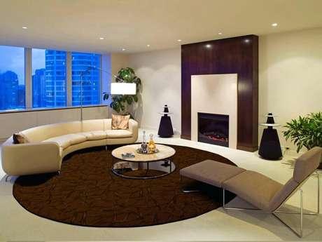 27. Decoração em tons neutros com tapete redondo para sala de estar ampla – Foto: Area Rug Designs