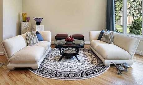 15. O tapete redondo para sala pode se tornar o grande destaque da decoração do ambiente – Foto: Emilie Clepper