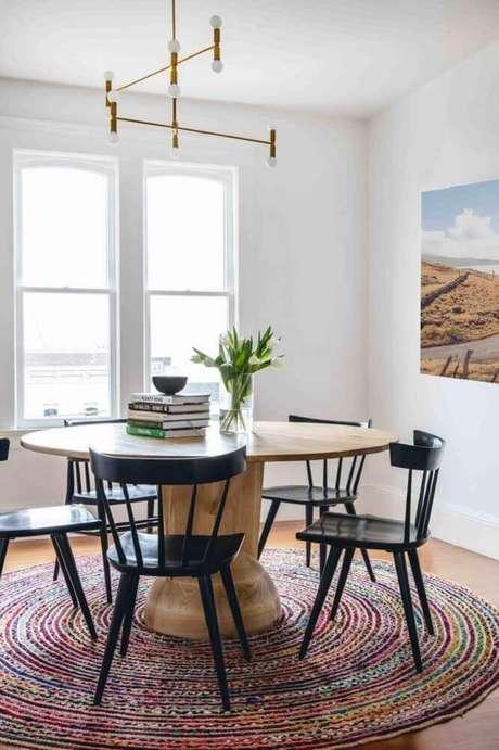 3. É importante que o tapete redondo para sala de jantar mantenha as cadeiras sempre dentro de seus limites – Foto: Refined Haystack