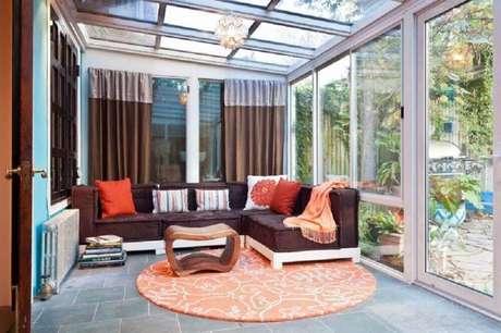 30. A varanda também pode ser decorada com diversos modelos de tapetes redondos – Foto: Assetproject