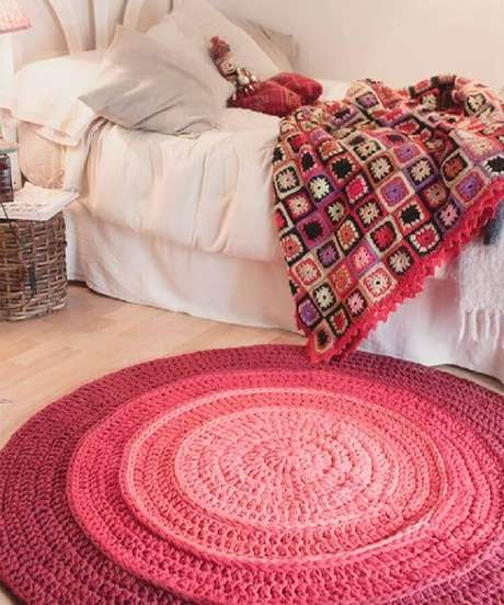 31. Decoração para quarto com tapete de crochê redondo cor de rosa – Foto: Ateliê Milla Artes