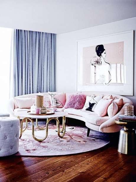 32. Decoração em tons de rosa e cinza com tapete redondo para sala de estar – Foto: We Heart It