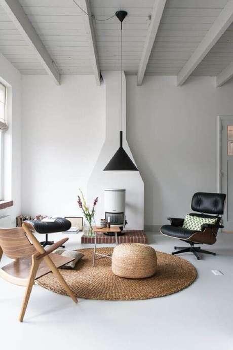33. Decoração estilo escandinava com tapete redondo para sala toda branca – Foto: The Fox & She