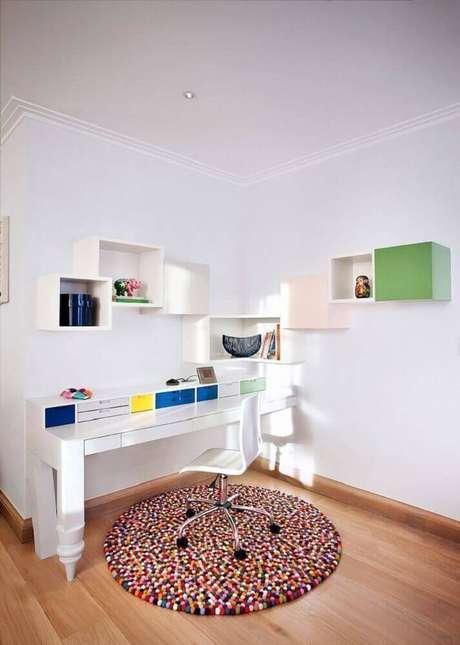 35. O seu home office pode ficar ainda mais aconchegante com um tapete redondo – Foto: Archilovers