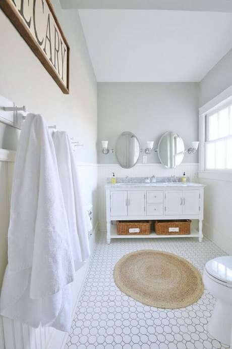 6. Decoração para banheiro todo branco com tapete redondo de barbante – Foto: My Family Thyme