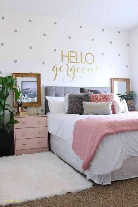 16. Decoração para quarto feminino decorado com papel de parede delicado e criado mudo rosa – Foto: Home Design Ideas